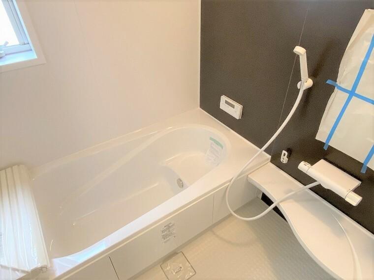 浴室 アクセントに落ち着いた配色を取り入れた浴室はお風呂の時間が楽しみになりそうですね