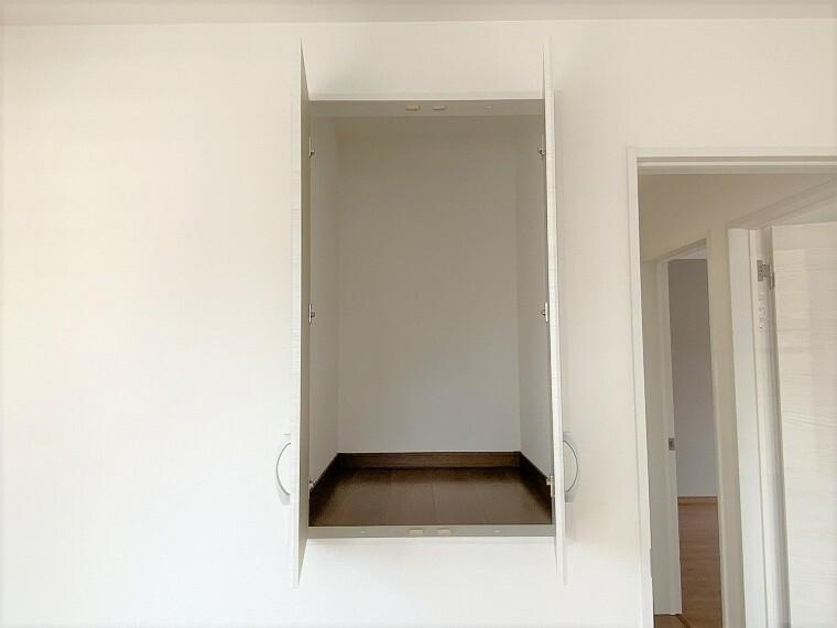 収納 腰の位置より上の部分にある収納はデザイン性があるだけでなく中に入れたものが取り出しやすいところもポイントです