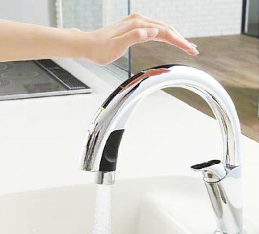センサーに手をかざすだけで吐水・止水ができる、キッチン用タッチレス水栓を採用。※imagephoto