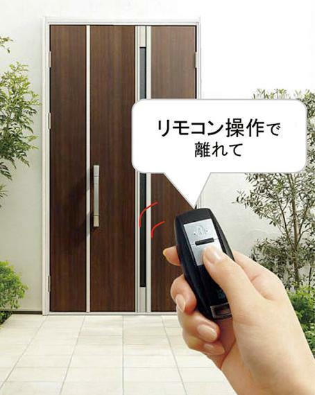 リモコン+カードで開閉可能なスマート電気錠。リモコンを持っていれば、ハンドルのボタンを押すだけで、上下2つのカギを一度に開け閉め。離れたところからリモコン操作もできます。※imagephoto ※タイプにより仕様が異なります。