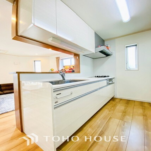 キッチン ~広々キッチン~ 大型の冷蔵庫やレンジボードもしっかり置ける広々としたキッチンスペースが大事。ゆとりある空間で作業ができるとお料理の腕も日に日に上がりそうな気がしてきます。