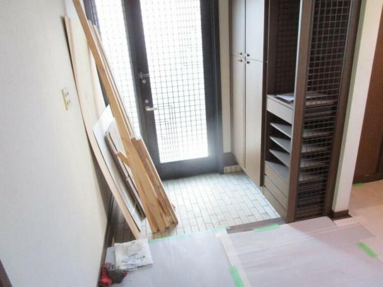 玄関 【リフォーム中写真:2/20撮影】玄関になります。採光が取れるドアのタイプなので明るい玄関を保てそうですね。天井壁クロス張替え、照明交換を行います。