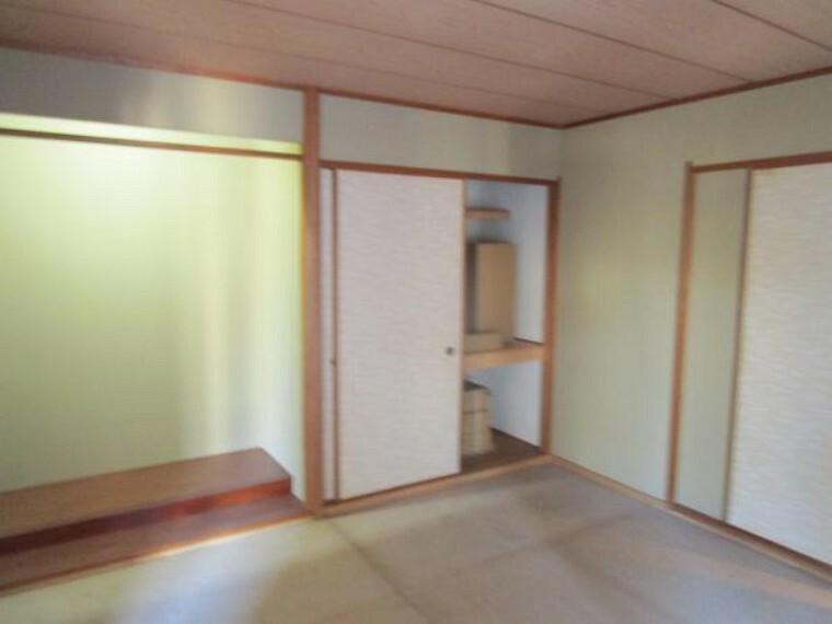 【リフォーム中写真:2/20撮影】1階西側8帖の和室です。収納スペースもありますので客間などにお使い頂けそうですね。畳表替え、照明交換を行います。