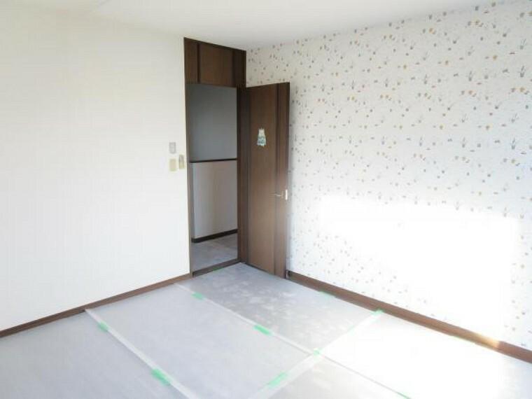 【リフォーム中写真:2/20撮影】2階真ん中の8帖の洋室になります。収納スペースはありませんが8帖あるので収納家具を置いても十分な広さを確保出来そうですね。天井壁クロス張替え、照明交換を行います。