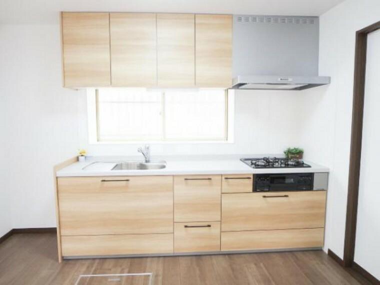 キッチン 【リフォーム済】新品EIDAI製L型システムキッチンを設置しました。収納はたっぷり入り便利な引出式で、天板は人工大理石で傷付きにくく使いやすいですよ。水切りプレート・浄水栓付です。
