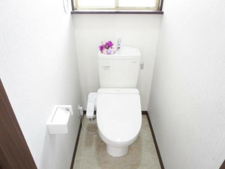 トイレ 【リフォーム済】気持ち良くお使い頂く為、新品TOTO製の便器・便座に交換しました。もちろん温水洗浄付き便座ですので、季節を問わず快適です。クッションフロアー床・天井・壁クロス張り替えました。