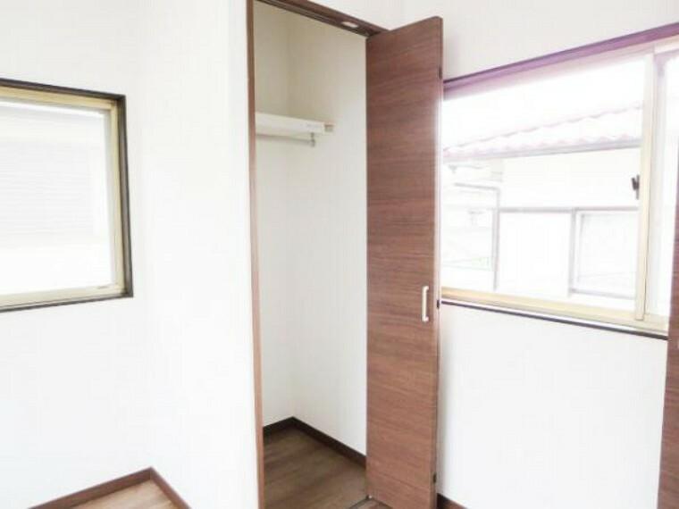 収納 【リフォーム済】2階西側6帖洋室のクローゼットです。収納ありませんでしたの新たに作りました。V扉で開け閉めし易く、棚・ハンガーポールも取り付けしました。収納部分があると便利です。