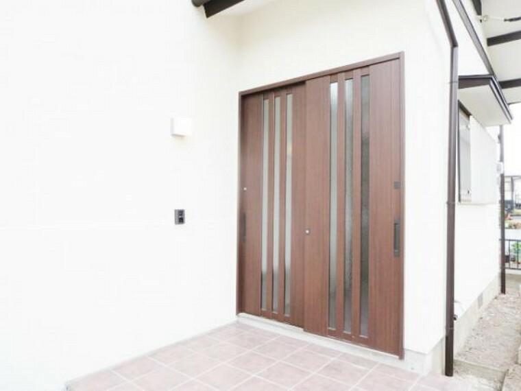 玄関 【リフォーム済】玄関はお家の顔です。新しいドアに交換。そして新品モニター付インターフォンも取付ましたので、来客者の顔も確認できて 気持ち良くお客様をお迎えできます。照明も新品交換済。