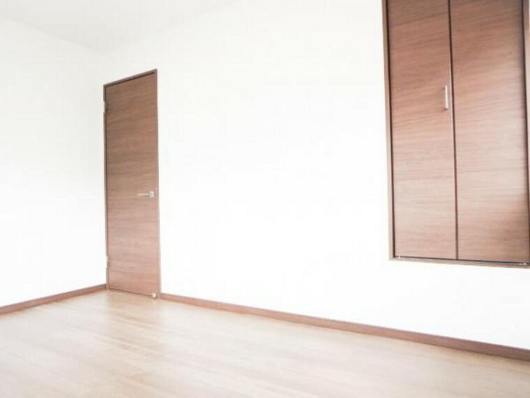 【リフォーム済】2階東側6帖洋室も使い勝手を考え和室から洋室へ変更し、真壁から大壁にしてフローリング床・天井・壁クロスにしました。そして、出入口ドアとクローゼット扉も新品交換。