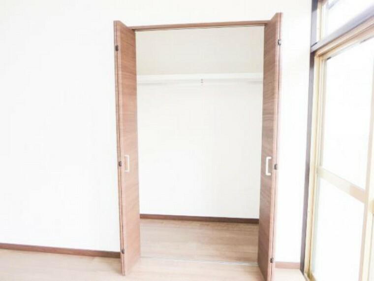 収納 【リフォーム済】リビングにあるクローゼットの写真です。和室の押入部分をクローゼットに変更しました。W扉で開けやすく、奥行もありますので沢山収納出来ます。棚・ハンガーパイプも取り付けました。