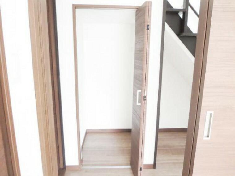 収納 【リフォーム済】階段下の収納です。デットスペースも有効活用されていて便利です。掃除機などの収納にいかがですか。V扉は交換して、内部の壁クロスも張り替えをして綺麗になりました。