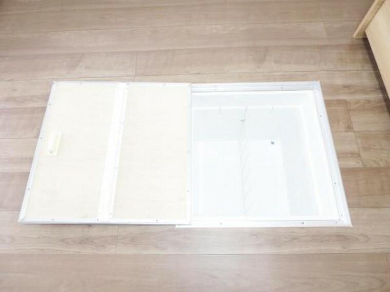 収納 【リフォーム済】キッチンの床には、床下点検口があり、収納庫も付いていて新品に交換しましたので、気持ち良くお使い頂けます。点検口があると、もしもの時も確認しやすく助かりますよ。
