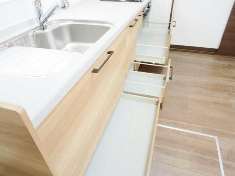 キッチン 【リフォーム済】新品EIDAIキッチンの収納は引き出し式で、足元のデットゾーンまで使える収納には、ホットプレートやストック品の収納に最適です。そして、ホルダー付で、包丁やまな板もスッキリ収まります。
