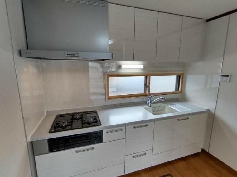 キッチン (リフォーム済)キッチンは永大産業製の新品に交換しました。水はねを抑える静音シンクを標準採用。家族との会話を妨げません。