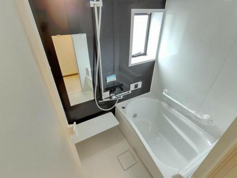 浴室 (リフォーム済)浴室はTOTO製の新品のユニットバスに交換しました。カウンターが壁から離れているので、拭き残しなく簡単にお掃除ができますよ。