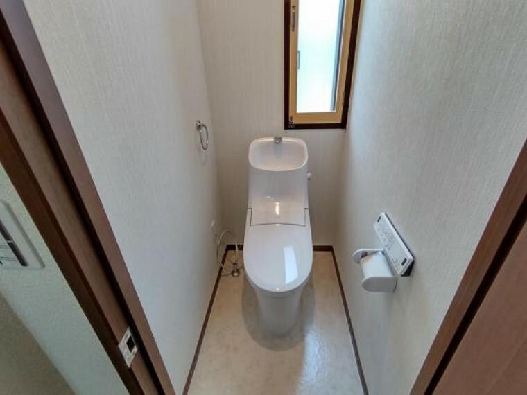 トイレ (リフォーム済)トイレはLIXIL製の温水洗浄機能付きに新品交換しました。キズや汚れが付きにくい加工が施してあるのでお手入れが簡単です。直接肌に触れるトイレは新品が嬉しいですよね。