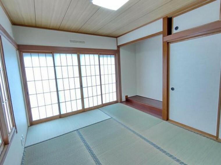 (リフォーム済)1階6帖の和室は壁天井のクロスを貼替え、畳は表替えを行い鮮やかな緑色と心地よいイグサの香りを取り戻しました。一部屋和室があると落ち着いていいですよね。