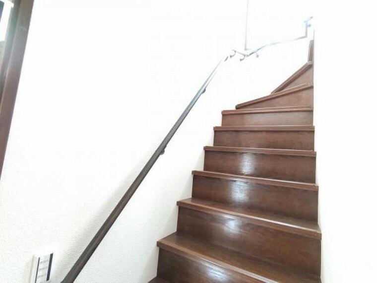 (リフォーム済)階段は壁天井のクロスを貼替えました。手摺が付いているので小さなお子様も安心ですね。
