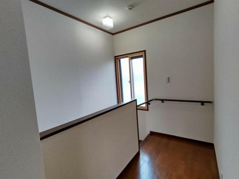 (リフォーム済)2階の廊下は壁天井のクロスを貼替えより明るい印象へリフォームを行いました。