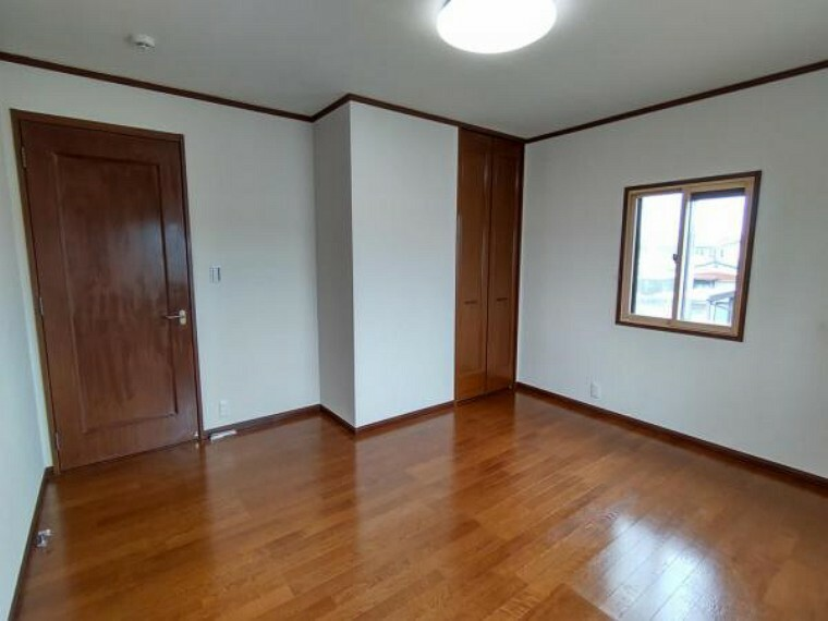 (リフォーム済)2階7帖の洋室は壁天井のクロスを貼替え、床はワックスがけを行いました。小さいですが収納もあり、お子様のお部屋にピッタリです。