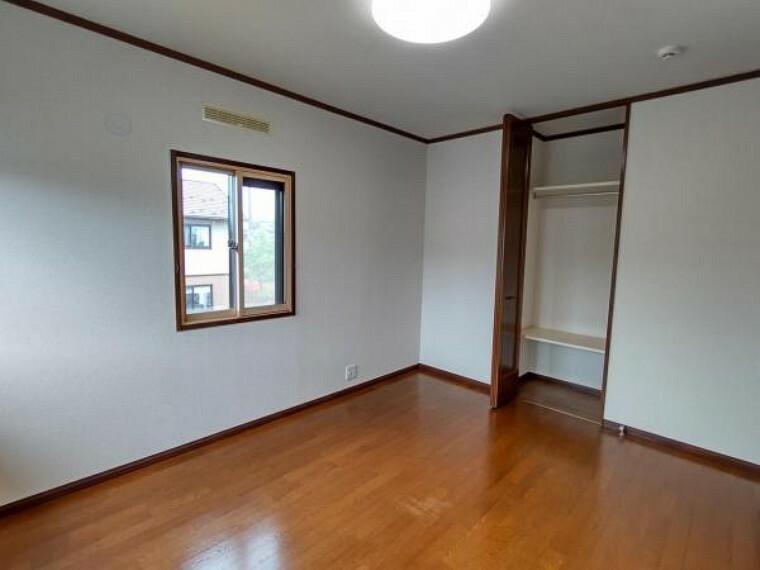 (リフォーム済)2階6帖の洋室は壁天井のクロスを貼替え、床はワックスがけを行いました。小さいですが収納もあり、お子様のお部屋にピッタリです。