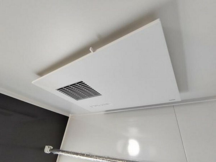 新品交換したユニットバスは浴室乾燥機能付きです。湿気をすみずみまで除去、結露やカビの発生を抑えます。雨の日のお洗濯にも便利ですね。