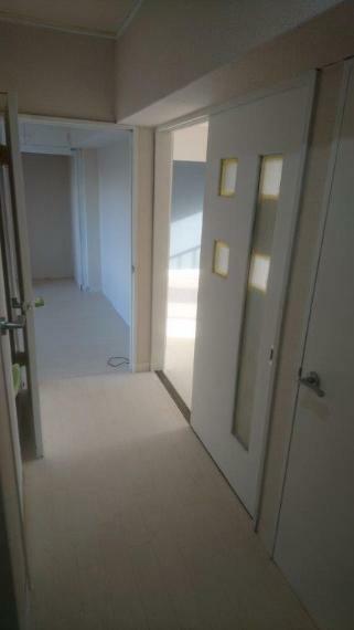 玄関から見た廊下