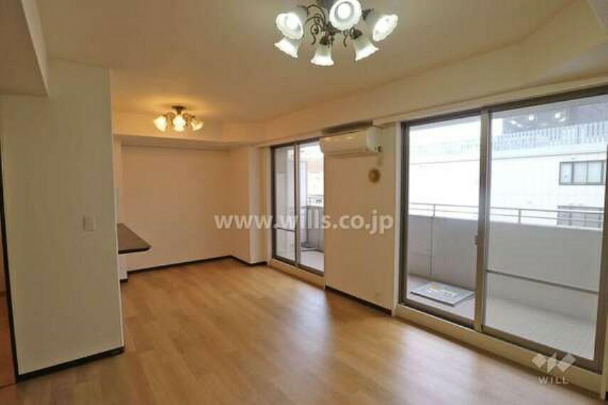 居間・リビング 82.78平米の3LDKです。リビング横には和室がございます。