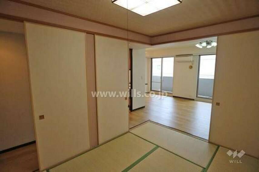 約6.0畳の和室は、ふすまを開放するとリビングと合わせて開放感のあるスペースに。