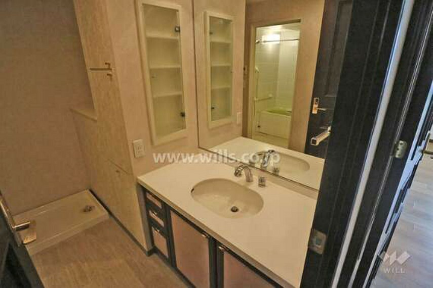 洗面化粧台 洗面室は高級感のある大きな一枚鏡付きで、朝の身支度もお楽しみ頂けます。