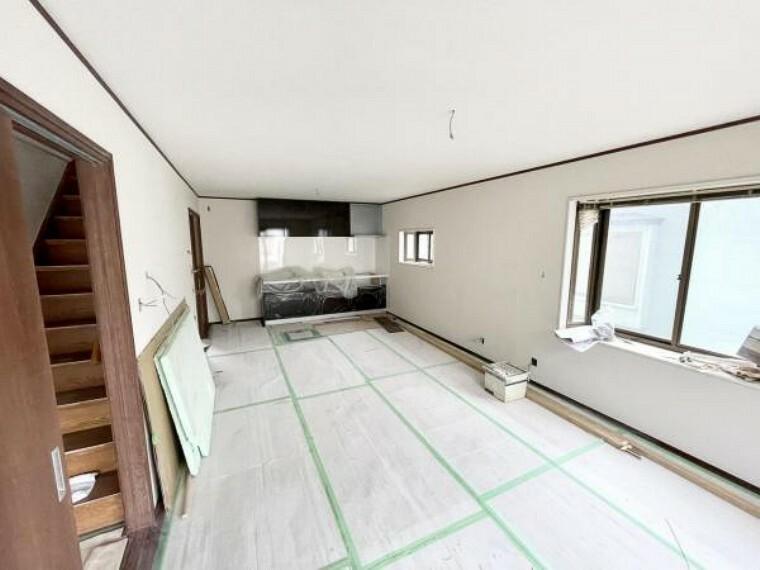居間・リビング 【リフォーム中5/21更新】玄関側から見たLDKです。天井と壁のクロスの張替、床のフローリングの張替が完了しました。また、照明はLEDに交換します。