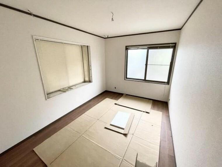 【リフォーム中5/21撮影】1階6帖納戸です。床はクッションフロア重ね張り、天井と壁のクロス張替を行いました。