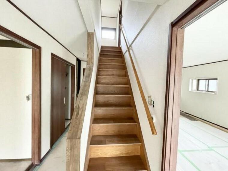 【リフォーム中5/21更新】玄関側からみた階段です。階段踏み板はクッションフロア重張で仕上げました。また、階段の笠木も交換済みです。