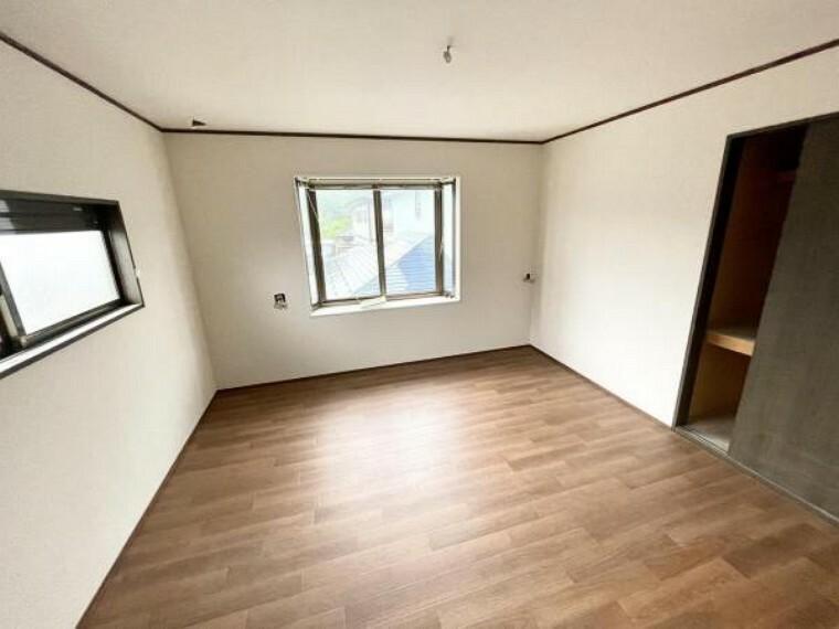 【リフォーム中5/21更新】2階北東側8帖洋室です。床はクッションフロアの重張、天井と壁はクロスの張替を行いました。照明も新品交換します。