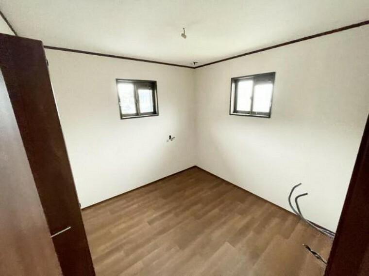 【リフォーム中5/21更新】2階北西側4.5帖洋室です。床はクッションフロアの張替、天井と壁はクロスの張替を行いました。納戸としてもお使いいただけるちょうどよいサイズのお部屋です。