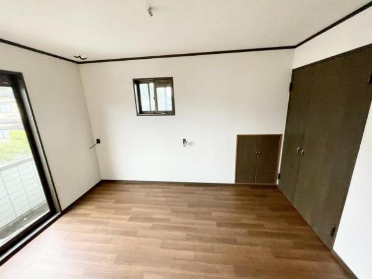 【リフォーム中5/21更新】2階南西側6帖洋室です。床はクリーニングを行いました。天井と壁のクロスは張替が完了しております。床はクッションフロアを重張しました。