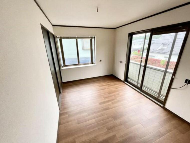 玄関 【リフォーム中5/21更新】2階南東側洋室6帖です。床はクッションフロアの重張、天井と壁はクロスの張替を行いました。