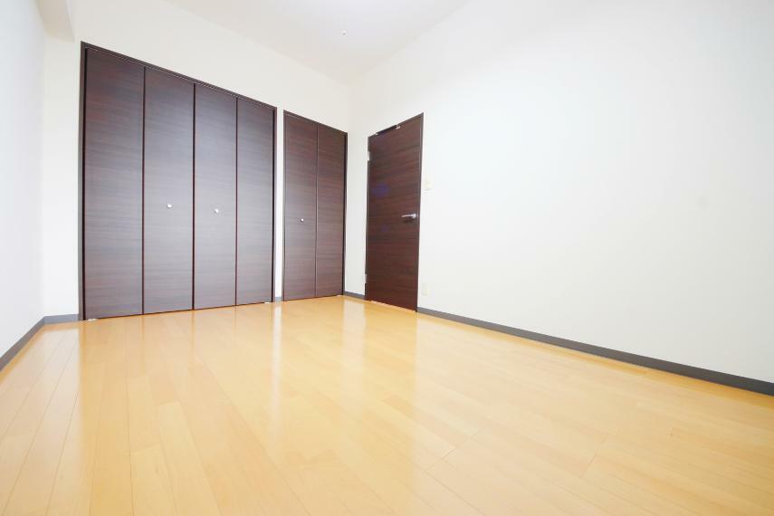 洋室 落ち着いたデザインの居室にはクローゼットがあるので室内を広々使えます お部屋からトイレが近いのもGood!