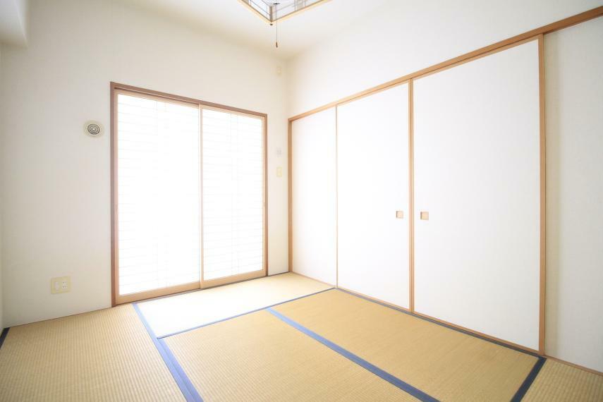 和室 6帖の和室 仕切りを開けるとリビングと続き間になるので家族団らんの開放的空間となります。引き戸を閉めれば押入れもあるので居室としてご利用可能です○