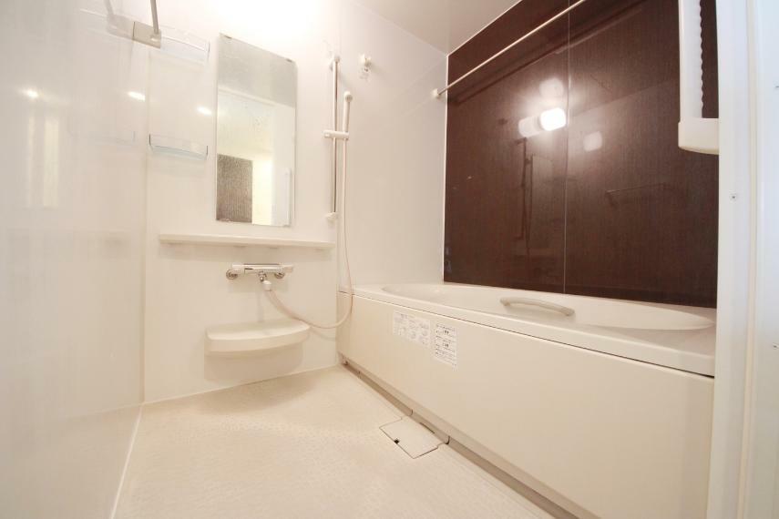 浴室 ゆったりと入浴可能な大きさの浴室!お子様との入浴も楽しめそうですね! 雨の日は洗濯物の乾燥室としてもつかえます。