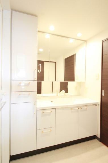 洗面化粧台 洗面での利用はもちろん、3面鏡はすべて収納なので化粧品などもたくさん収納できます!シャワーヘッドなので手洗い選択や洗髪もOK