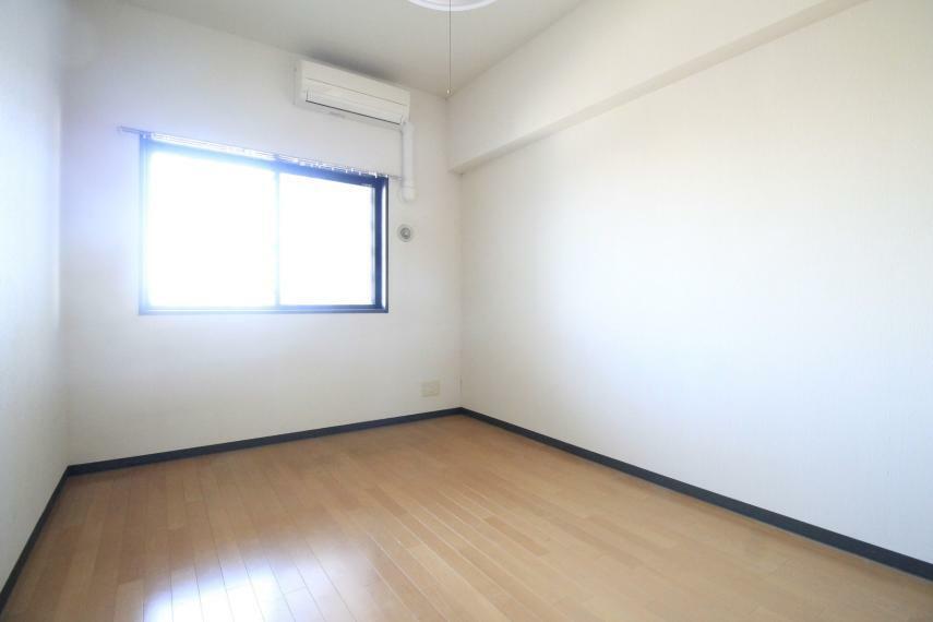 洋室 カーテンを開けると自然の優しい明かりが取り入れられます。エアコン付きなので一年中快適に過ごせそうですね!