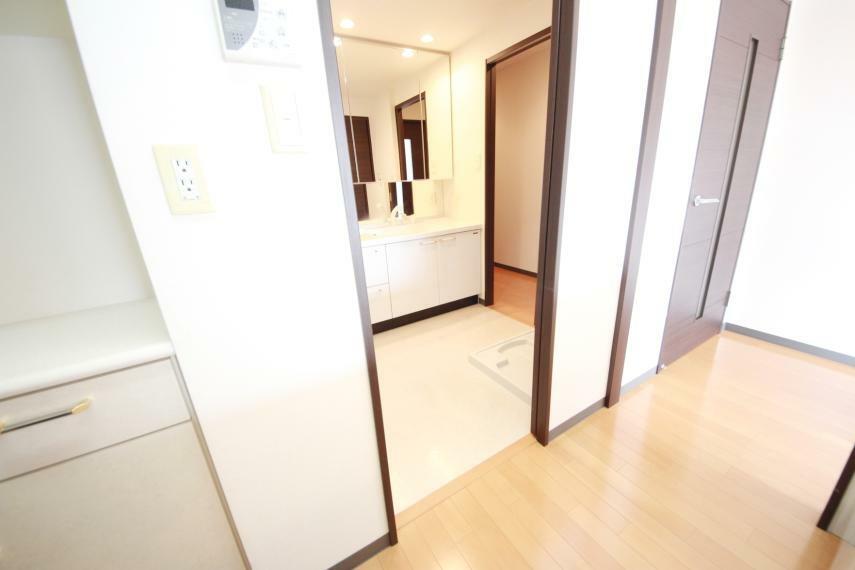 洗面所をハブにキッチン、浴室、廊下が繋がっているため家事導線がスムーズに行えそうですね(*^^*)