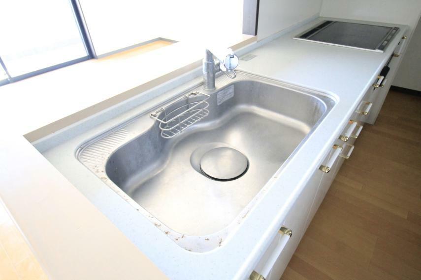 広いキッチンシンクは隅々まで掃除しやすく清潔に保てます!