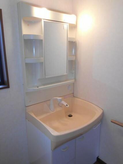 洗面化粧台 歯ブラシや洗剤類もすっきり収納可能な洗面化粧台です。