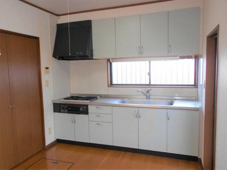 キッチン 充実の収納を完備したシステムキッチン。シンクも広々で使いやすいです。