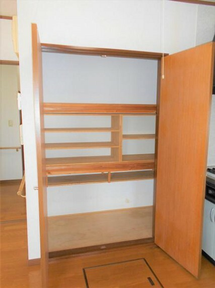 収納 食器や調理器具の収納にも便利なLDK収納です。
