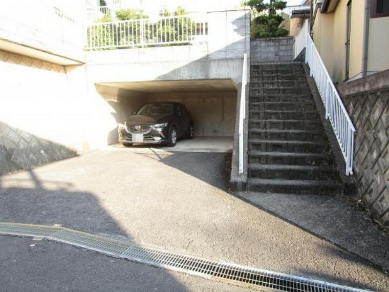 駐車場 【リフォーム済】駐車場写真です。堀車庫なので大切なお車が雨に濡れずいいですね。現況から清掃を行い、快適にお使いいただけるようにしました。