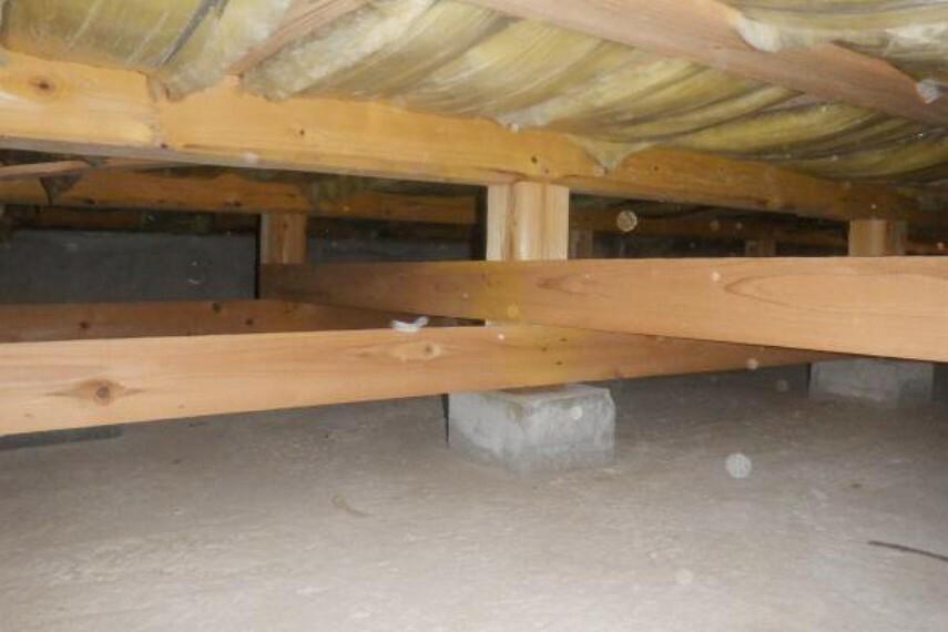 構造・工法・仕様 【床下】中古住宅の3大リスクである、雨漏り、主要構造部分の欠陥や腐食、給排水管の漏水や故障を2年間保証します。その前提で床下まで確認の上でリフォームし、シロアリの被害調査と防除工事も行いました。