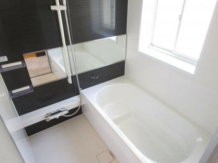 浴室 【リフォーム済】ハウステック製ユニットバスの浴槽は、エコベンチ浴槽で全身浴と半身浴が出来、水道・光熱費を節約するエコ性能を両立させたデザインになってます。